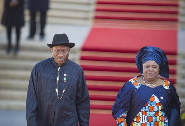 O ex-presidente Goodluck Jonathan ao lado de sua mulher,  Patience, em trajes pouco ocidentais (Crédito: Mujahid Safodien/AP)
