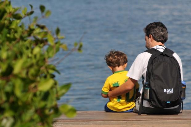 Pai e filho na lagoa Rodrigo de Freitas, no Rio (Alessandro Buzas/Futura Press/Folhapress)